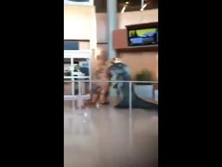 Внуки встречают бабушку в аэропорту