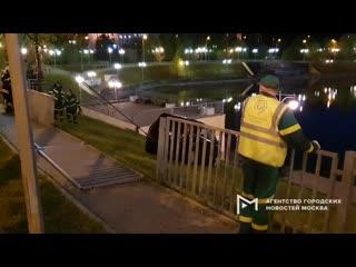 Работа оперативных служб по эвакуации автомобиля Ford, съехавшего к Малому Чертановскому пруду