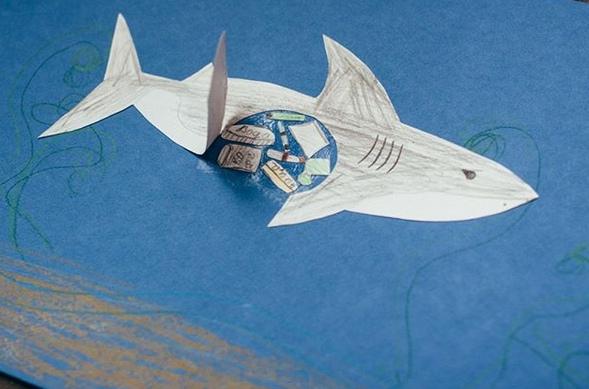 МОРСКИЕ ПОДЕЛКИ ДЛЯ ДЕТЕЙ. Акулы удивительно любопытны и невероятно прожорливы! И мусор часто оказывается в желудках этих любознательных бесстрашных особ. Напрямую мусор не так опасен этим