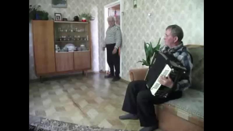 фанат мистера танцует танец под его трек наркос