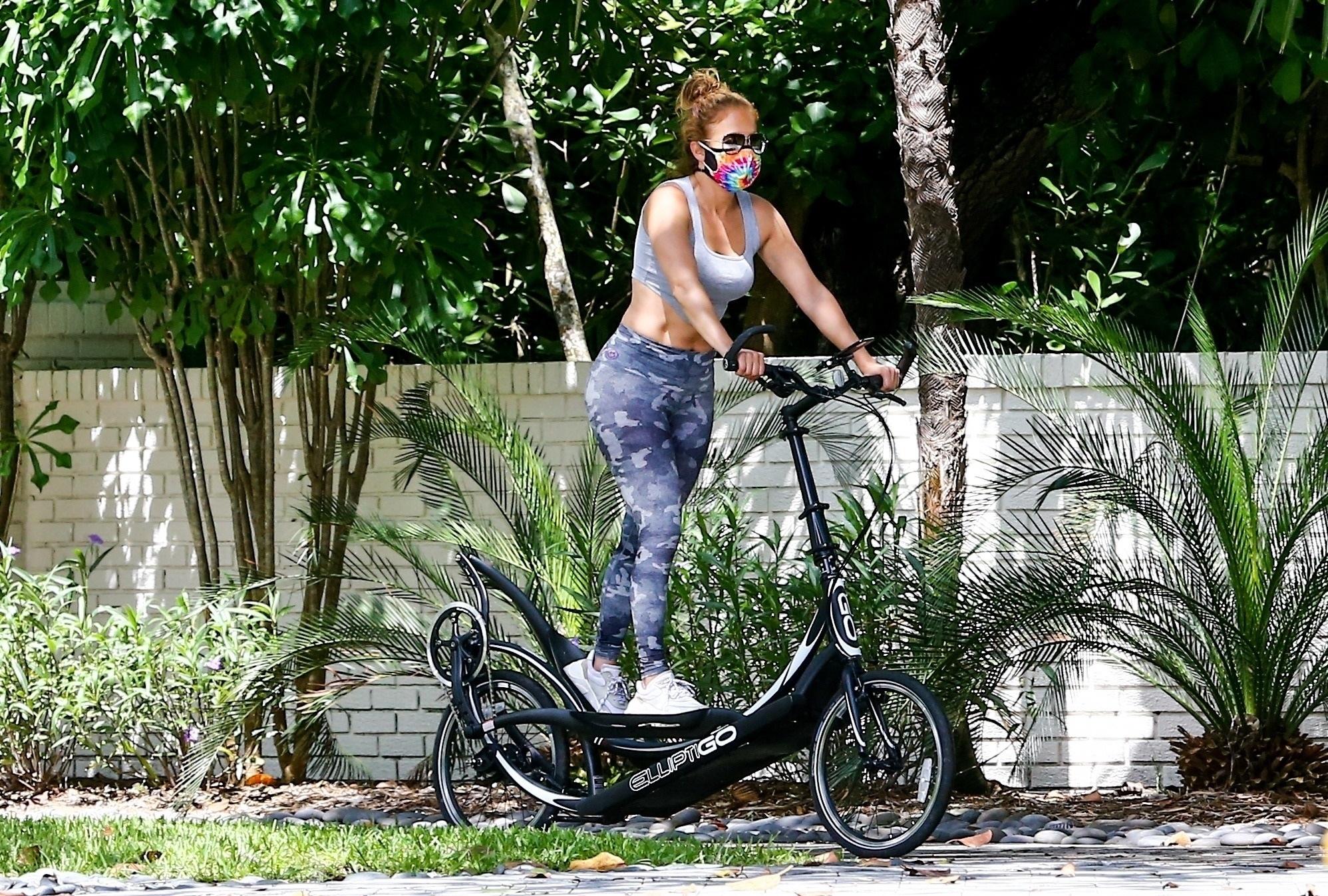 Мотивация для каждого: 50-летняя Джей Ло в коротком топе и на самокате