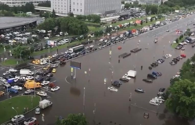 Затопленное Варшавское шоссе в Москве сняли на видео