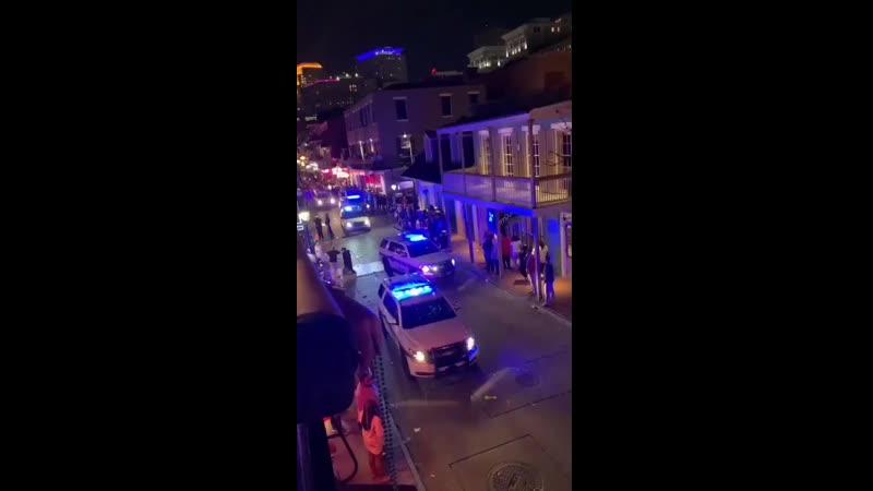 Полиция американского города Новый Орлеан призывает людей покинуть улицу и расходиться по домам в связи с введением ограничитель
