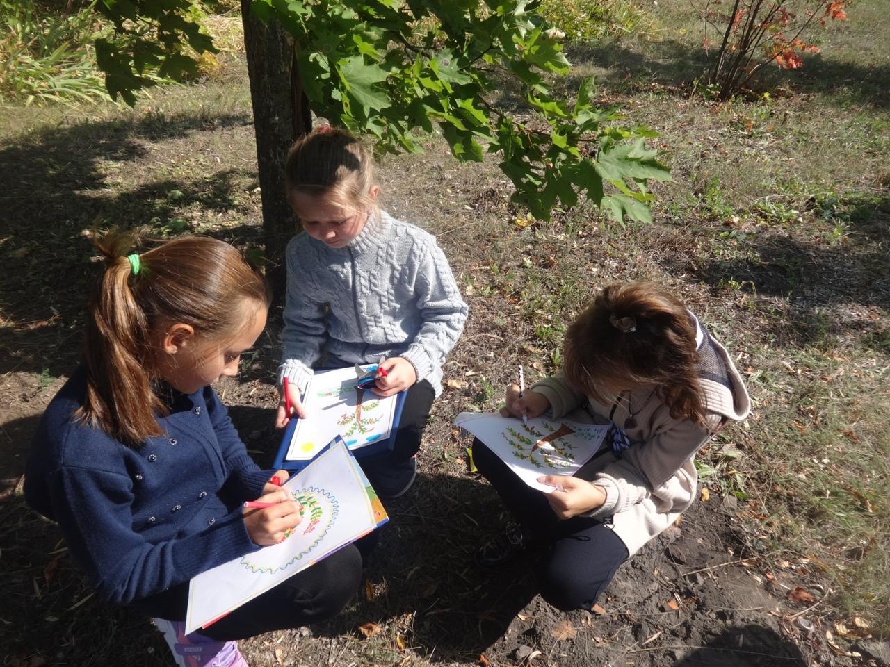 Воспитанники детско-юношеского Центра Петровска провели занятие по изобразительному искусству на открытом воздухе