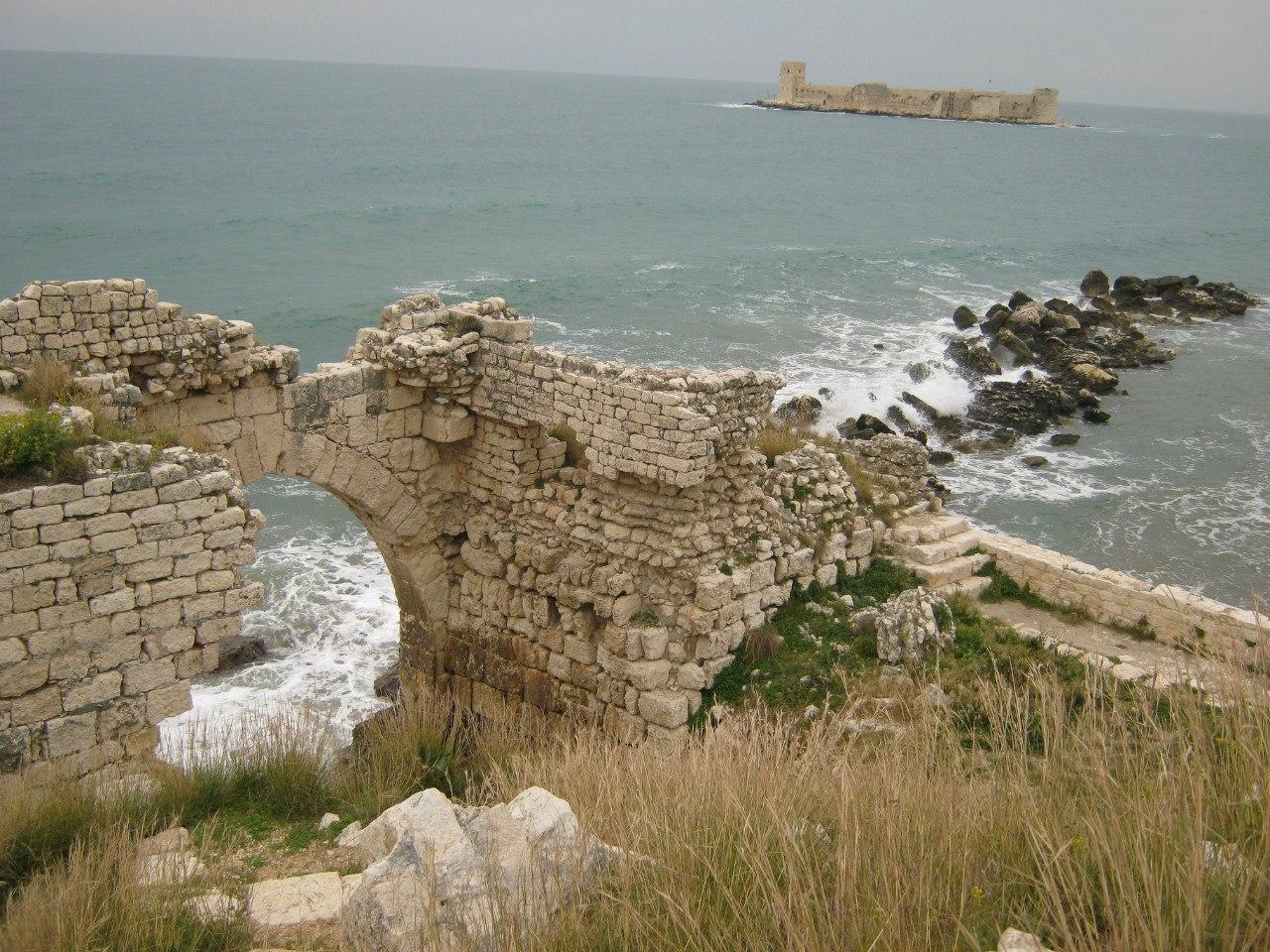 Двойная крепость Кызкалеси на юге Турции.